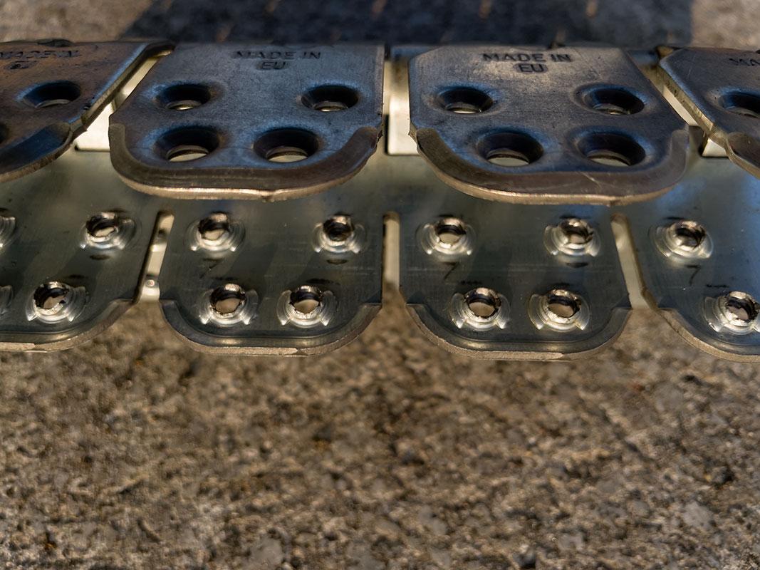 Spinka, złącze mechaniczne MLT MS65 do naprawy grubych pasów gumowych - widok od wewnętrznej części złącza